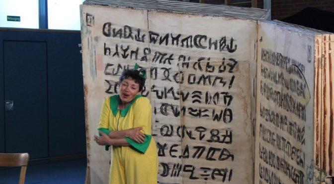 """""""Der Bücherwurm"""" fraß sich durch die Turnhalle – Ein Theaterstück über das Lesen"""